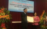 Trao tặng kỷ niệm chương cho đồng chí Đoàn Xuân Hưng
