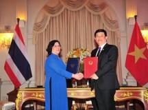 Đại diện cho Chính phủ Thái Lan và Việt Nam