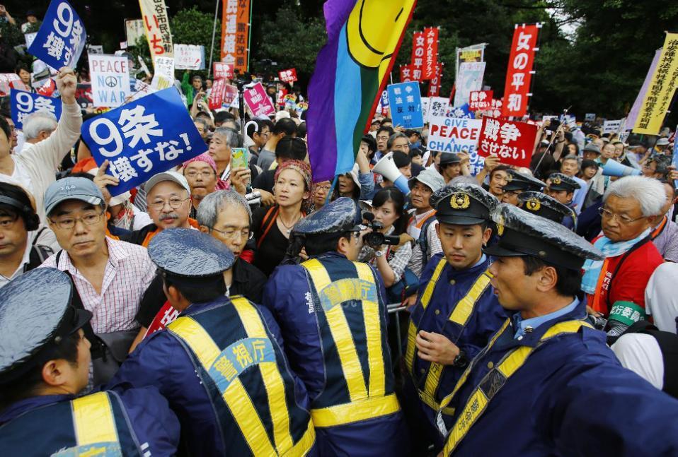 Lực-lượng-an-ninh-ứng-phó-người-biểu-tình-tại-Tokyo