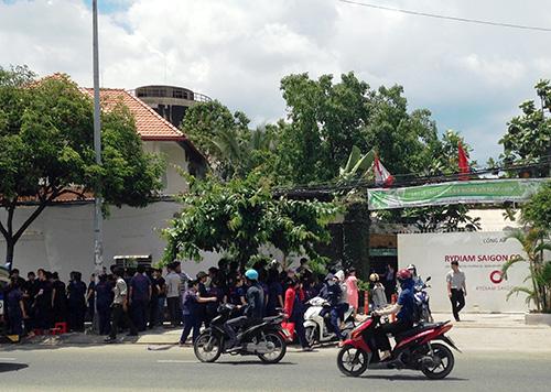 Các công nhân đình công trước công ty. Ảnh: Hải Thuận.
