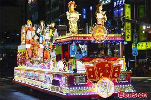 Xe-rước-ma-chở-đầy-hình-nộm-diễu-hành-trên-phố-ở-Keelung, Đài-Loan.