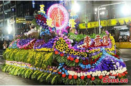 Chiếc-xe-chất-đầy-hoa-quả-trong-đám-rước-ma-diễu-hành-trên-phố.