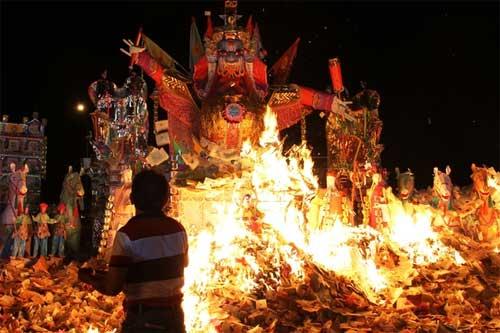 Người Hoa ở Kajang, ngoại ô Kuala Lumpur, Malaysia, đốt hình nộm một vị thần cai quản địa ngục.