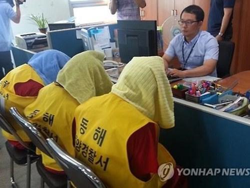 Các nghi phạm người Indonesia tại cơ quan cảnh sát Hàn Quốc