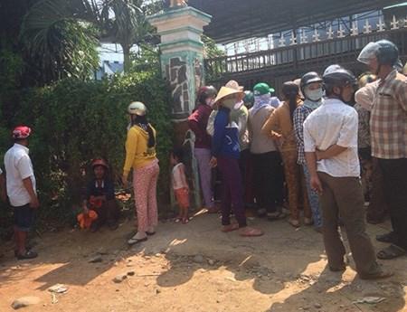 Đông đảo người dân tập trung trước căn nhà xảy ra vụ án mạng