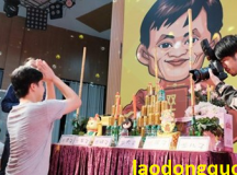 Chủ shop online lập bàn thờ cầu… Jack Ma phù hộ