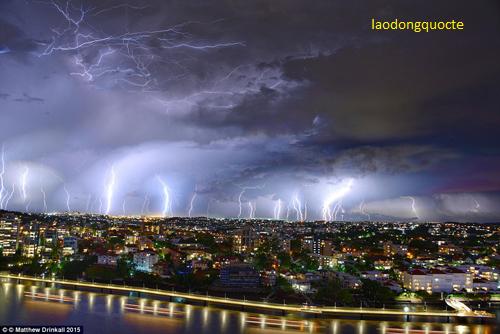 1449056526-1449051105-lightning-2