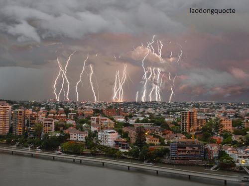 1449056526-1449051105-lightning-3