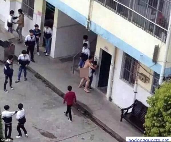 Thầy giáo khỏa thân cưỡng bức nữ sinh trước đám đông