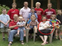 Cặp vợ chồng người Mỹ vui sướng khi đứa con gái thứ 13 ra đời.