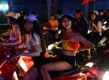 Đạo đức người Việt bị sa hóa – Trào lưu cởi áo ăn mừng chiến thắng đội tuyển Việt Nam